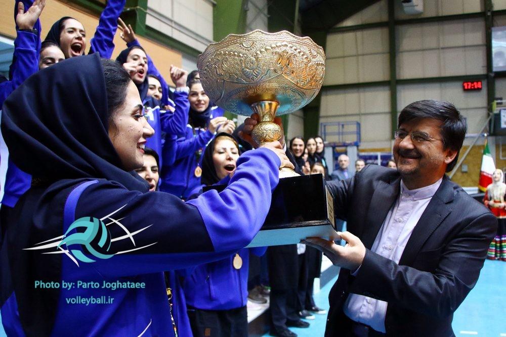 اهدای جام قهرمانی لیگ والیبال بانوان به پیکان