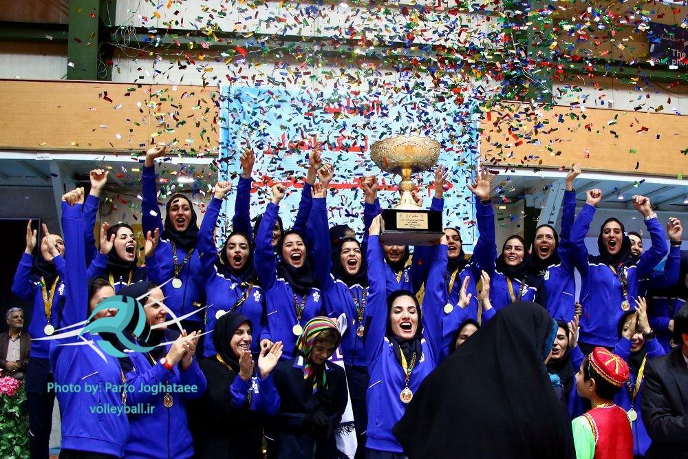 پایان لیگ برتر والیبال زنان و اهدای جام قهرمانی به پیکان