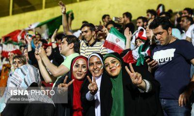 حضور زنان در ورزشگاه ها دختران ورزشگاه آزادی ایران اسپانیا 19 400x240 وزیر ورزش : حضور زنان در ورزشگاه ، فعلا در بازی های ملی | ورزشگاه با سینما و کنسرت فرقی ندارد