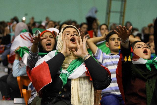 """گزارش IWsports از مشکل همیشگی حضور زنان در استادیوم / زنانی با بند """"پ"""" در سالن ۱۲ هزارنفری آزادی تهران!"""