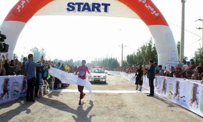 پریسا عرب قهرمان دو نیمه ماراتن بانوان کشور جام هرمز شد Parisa Arab and gold medal in Hormoz Cup semi maratoon 400x240 دو نیمه ماراتن جزیره هرمز ؛ پریسا عرب جایزه 14 میلیونی را به دست آورد