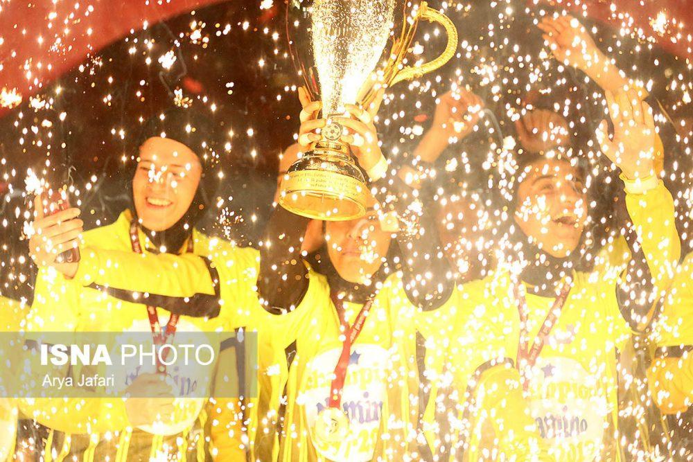 جشن قهرمانی نامی نو در لیگ برتر فوتسال بانوان 10 1000x667 گزارش تصویری مراسم اهدای جام لیگ برتر فوتسال بانوان