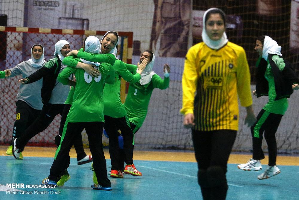 دربی هندبال بانوان اصفهان ذوب آهن و سپاهان 24 رمضانی : سیاست ذوب آهن در عرصه ورزش بانوان حفظ تیمهای فعلی است