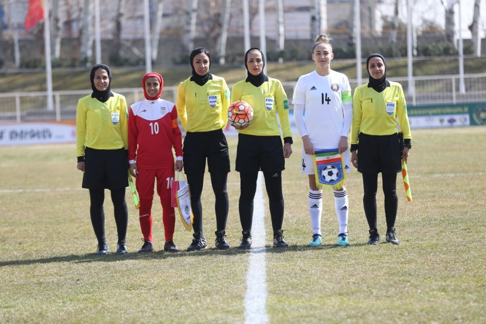 سارا قمی در آغاز دیدار ایران و بلاروس 1000x667 تصاویر دیدار تیم های ملی فوتبال بانوان ایران و بلاروس در ورزشگاه آرارات