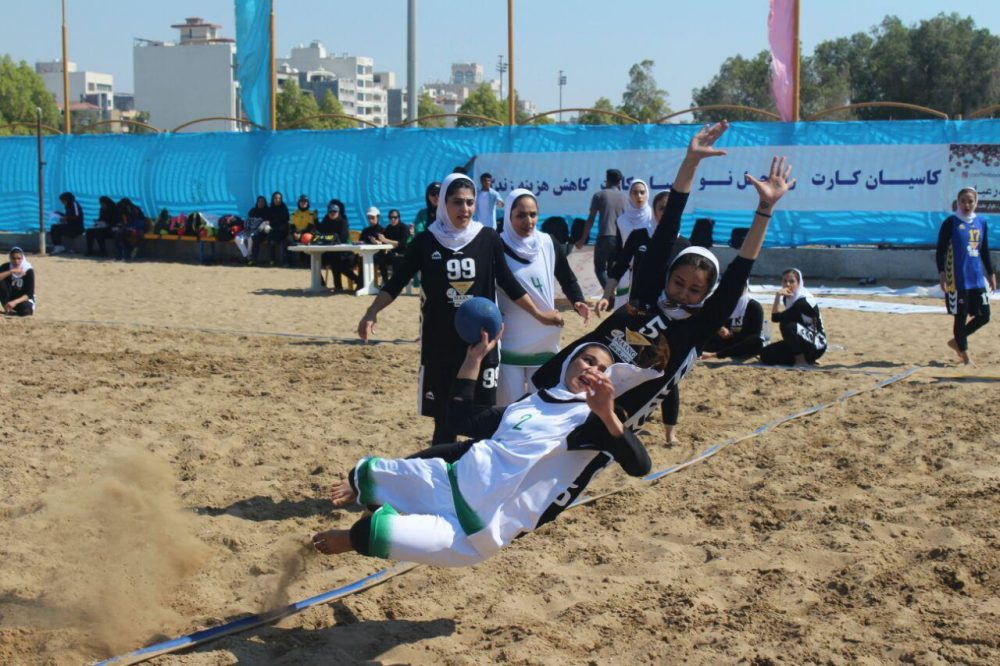 مسابقات هندبال ساحلی بانوان در بندر عباس 1 1000x666 تصاویری از مسابقات هندبال ساحلی بانوان در بندر عباس