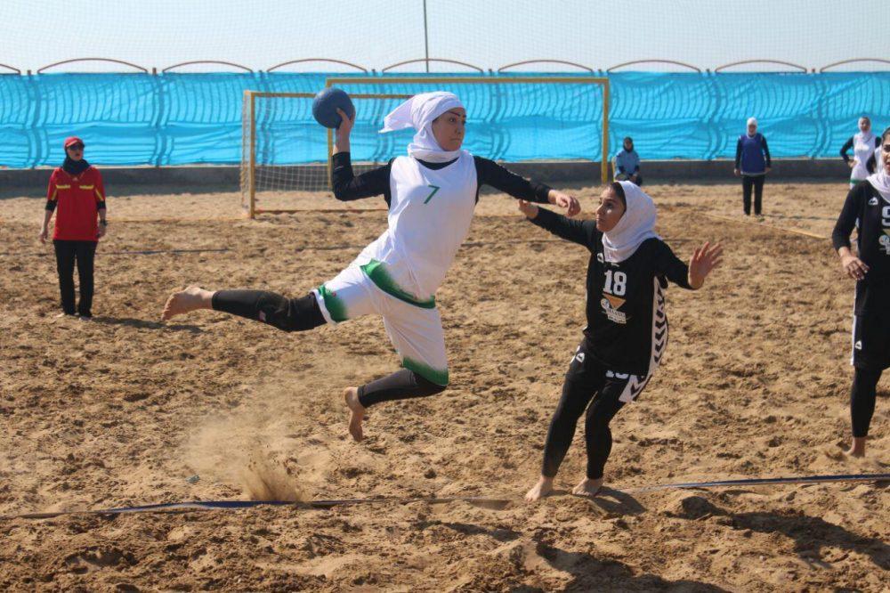 مسابقات هندبال ساحلی بانوان در بندر عباس 4 1000x666 تصاویری از مسابقات هندبال ساحلی بانوان در بندر عباس