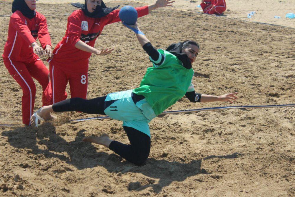 مسابقات هندبال ساحلی بانوان در بندر عباس 9 1000x666 تصاویری از مسابقات هندبال ساحلی بانوان در بندر عباس