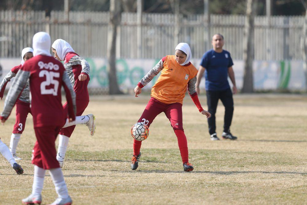 حسین عبدی در تیم ملی فوتبال بانوان 1000x667 مربیان مرد در تیمهای ملی زنان ؛ تغییر مسیر در حرکت ورزش بانوان؟