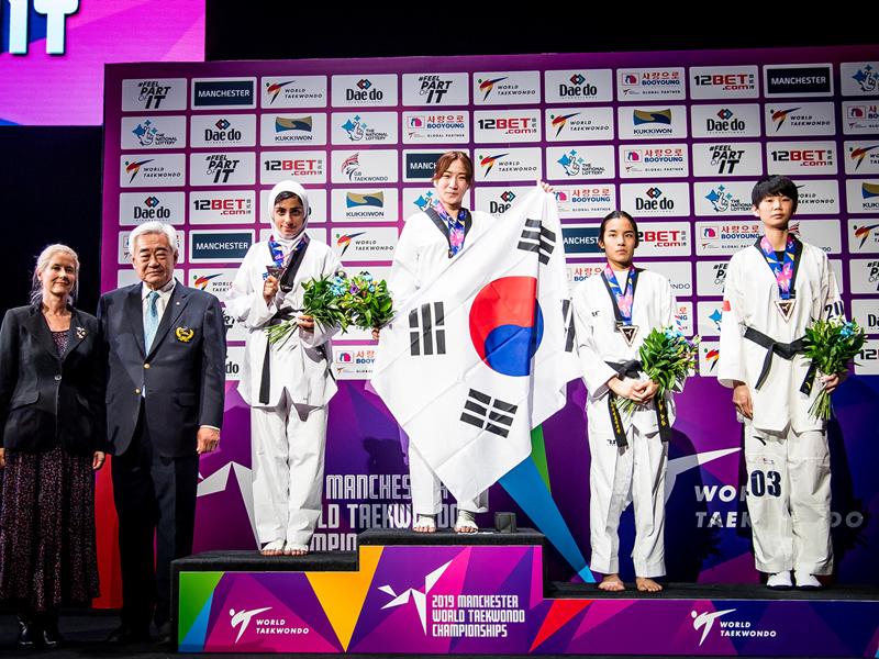 مدال نقره مهلا مومن زاده در تکواندو قهرمانی جهان 12 ۱۰ پرده از تکواندوی ایران در سال ۹۸