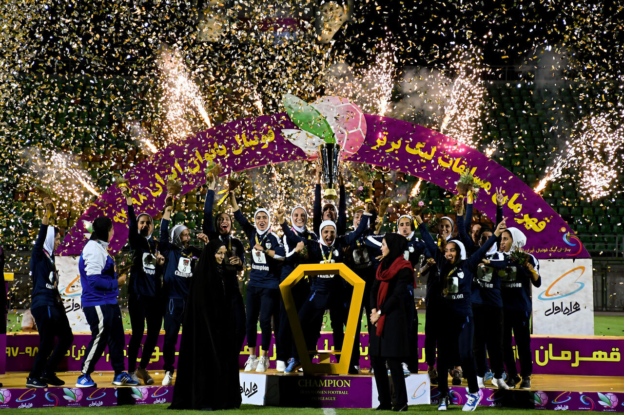 شهرداری بم با شکست تیم فوتبال ذوب آهن قهرمانی خود را جشن گرفت