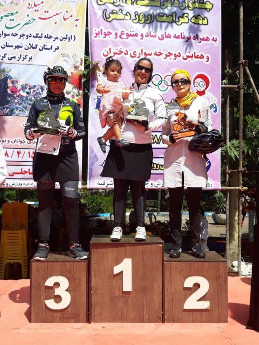 index 525x700 صحنه زیبا در لیگ دوچرخه سواری کوهستان|  بانوی قهرمان بچه به بغل روی سکو رفت |عکس