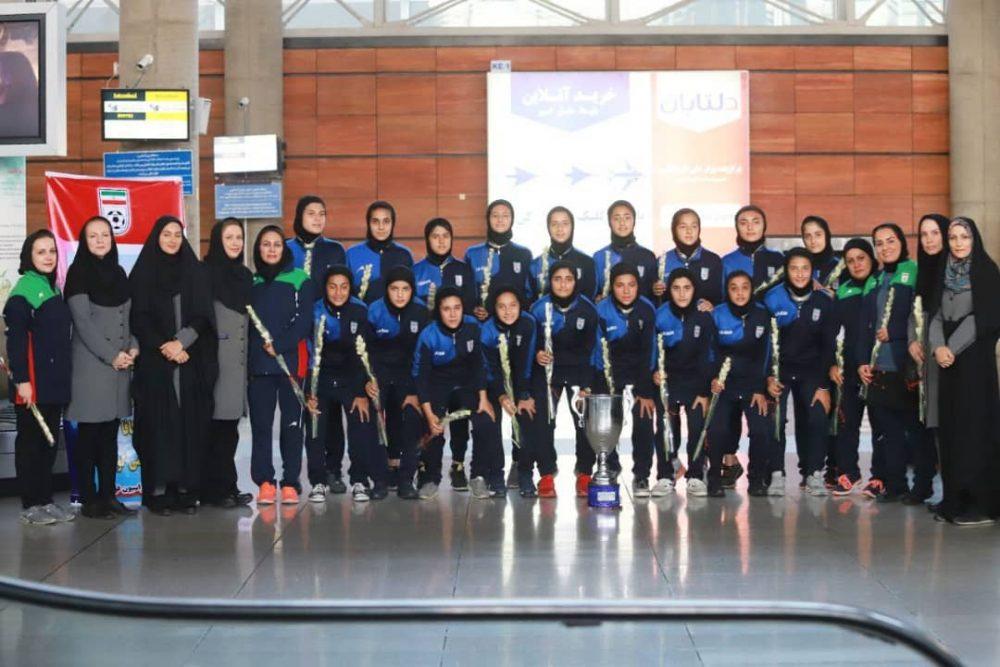 بازگشت تیم ملی فوتبال دختران به ایران پس از قهرمانی دز تورنمنت کافا 1 1000x667 گزارش تصویری   بازگشت تیم ملی فوتبال دختران پس از قهرمانی در کافا