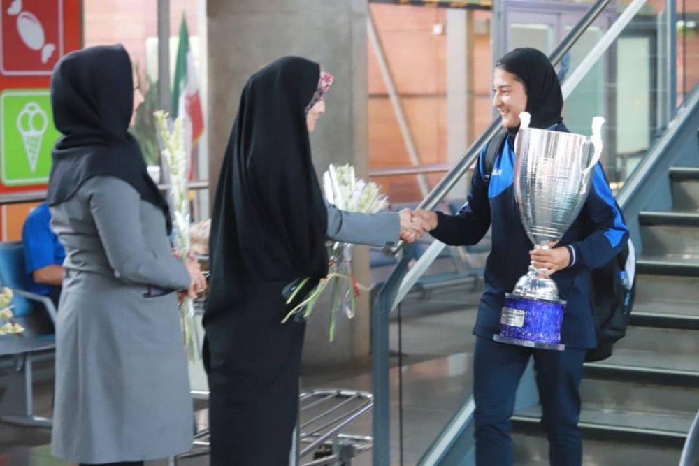 بازگشت تیم ملی فوتبال دختران به ایران پس از قهرمانی دز تورنمنت کافا 11 1000x667 گزارش تصویری   بازگشت تیم ملی فوتبال دختران پس از قهرمانی در کافا