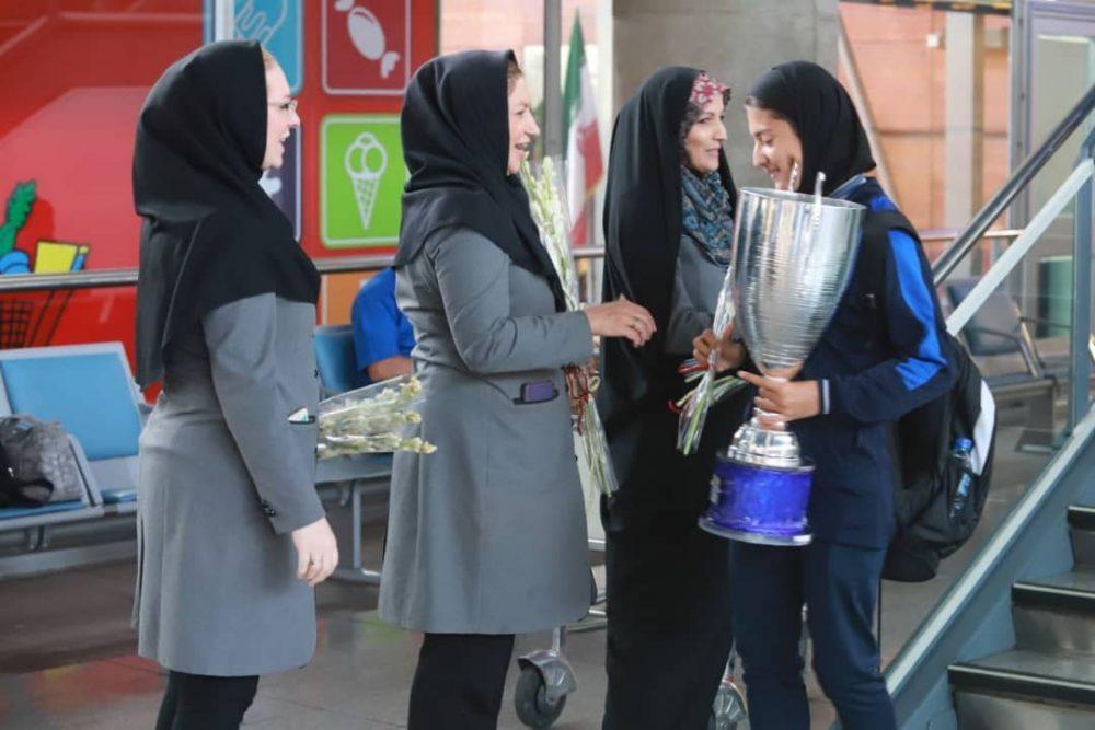 بازگشت تیم ملی فوتبال دختران به ایران پس از قهرمانی دز تورنمنت کافا 12 1000x667 گزارش تصویری   بازگشت تیم ملی فوتبال دختران پس از قهرمانی در کافا