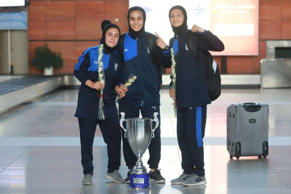 بازگشت تیم ملی فوتبال دختران به ایران پس از قهرمانی دز تورنمنت کافا 3 1000x667 گزارش تصویری   بازگشت تیم ملی فوتبال دختران پس از قهرمانی در کافا
