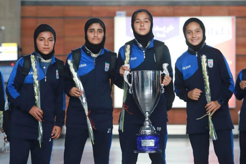 بازگشت تیم ملی فوتبال دختران به ایران پس از قهرمانی دز تورنمنت کافا 6 1000x667 گزارش تصویری   بازگشت تیم ملی فوتبال دختران پس از قهرمانی در کافا
