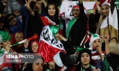 حضور زنان در ورزشگاه آزادی در دیدار ایران و کامبوج 33 400x240 یادداشت: پایان عصر ریشهای رنگ شده روی صورت دخترها