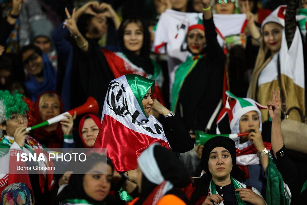 حضور زنان در ورزشگاه آزادی در دیدار ایران و کامبوج 33 یادداشت: پایان عصر ریشهای رنگ شده روی صورت دخترها