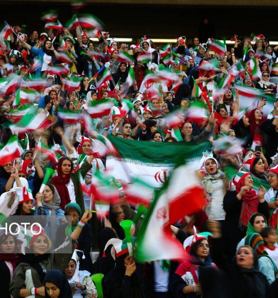 حضور زنان در ورزشگاه آزادی در دیدار ایران و کامبوج 6 560x600 چه بنیهای که از خود دریغ کرده بودیم ...