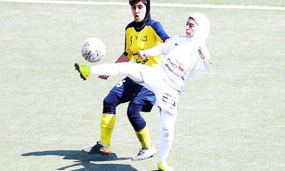 دیدار تیم های شهرداری بم و آویسا خوزستان در لیگ برتر فوتبال بانوان مونا حمودی 400x240 لیگ برتر فوتبال بانوان و جنگ های نابرابر | کسی از نبردهای یک طرفه لذت نمی برد