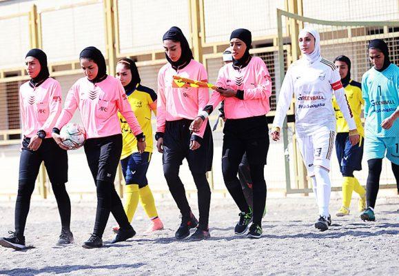 ورود تیم های شهرداری بم و آویسا خوزستان به میدان 579x400 گزارش تصویری | دیدار تیم های شهرداری بم و آویسا خوزستان در لیگ برتر فوتبال بانوان