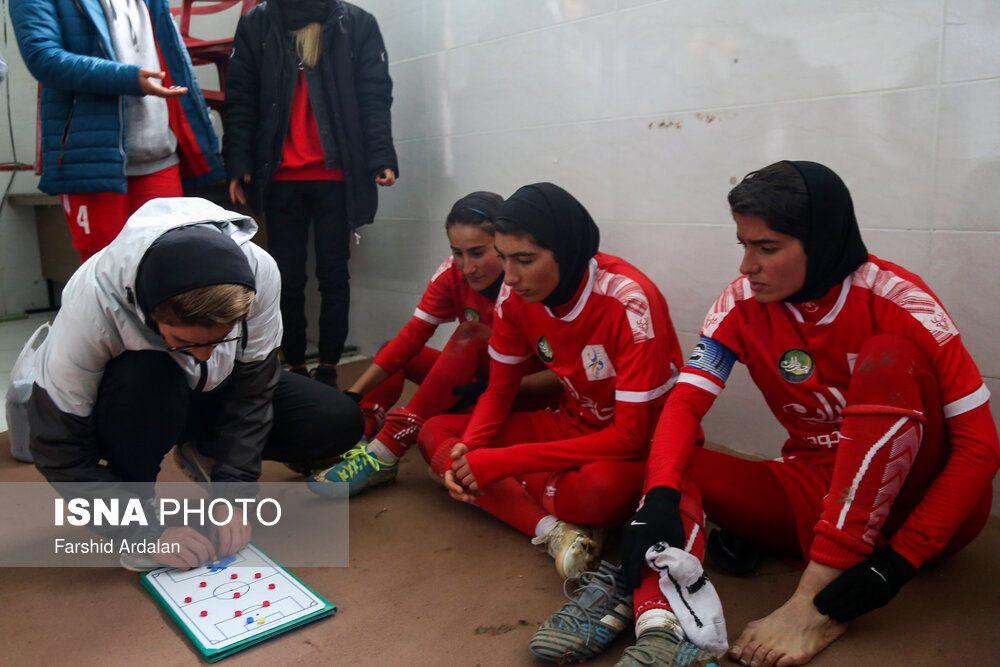 دیدار وچان کردستان و شهرداری بم در لیگ برتر فوتبال بانوان 14 1000x667 دیدار تیم های وچان کردستان و شهرداری بم به روایت تصویر