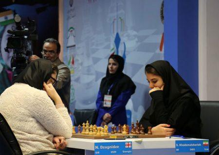 تیم ملی شطرنج زنان لباس متحد الشکل به تن میکند