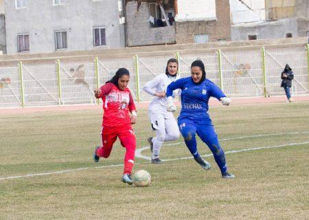 وچان کردستان 0 شهرداری بم 0 | لغزش مدافع عنوان قهرمانی در زمین برفی ملکنیا