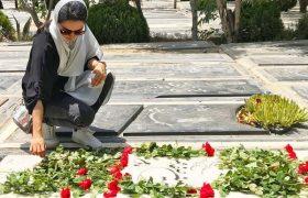 رخصت فرزانه فصیحی بر سر مزار زنده یاد سیمین صفامهر (تصاویر)